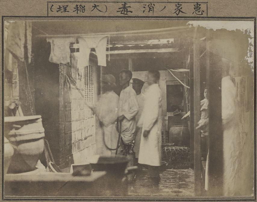 消毒班至大稻埕病患家中出勤進行噴藥消毒。