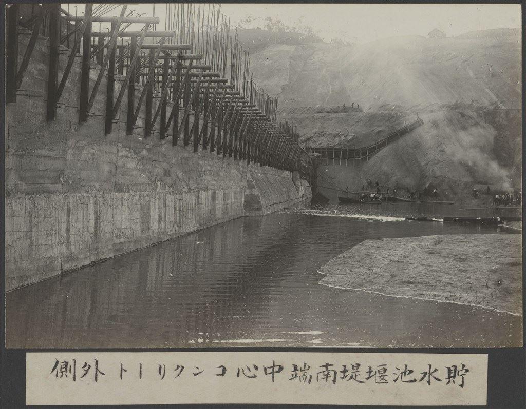 嘉南大圳:儲水池堰堤南端中心混凝土牆外側