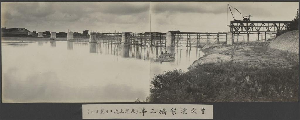 嘉南大圳:曾文溪架橋工事(從上游北岸方向外去)