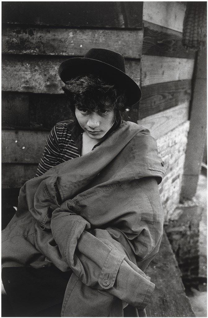 高昌隆,1985年《人間》雜誌創刊號封面人物,拍照時年20歲,1964年出生,賴春福的侄兒,2005年墜崖致死,原因不明。