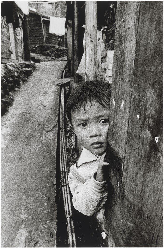 剛住進八尺門,一位看家的男孩盯著闖入拍照的陌生人。