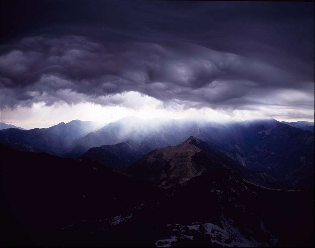 從玉山北峰向東拍攝報風雲飛舞下的秀姑巒山1984.3.21