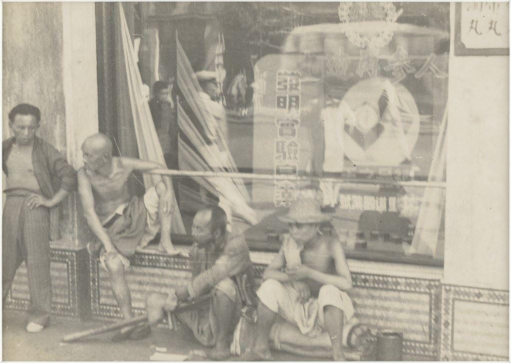 中藥舖外的乞丐與遊民