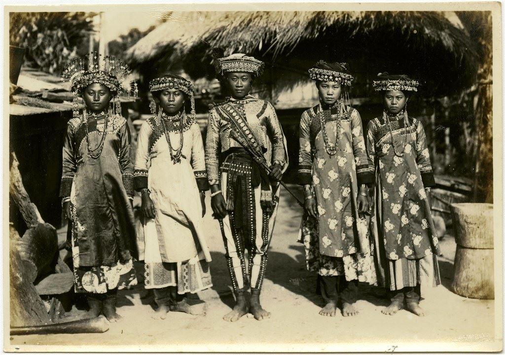 正裝的原住民青年男女